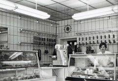 Gertrud Jedowski im Laden an der Hauptstraße in Balve 1970